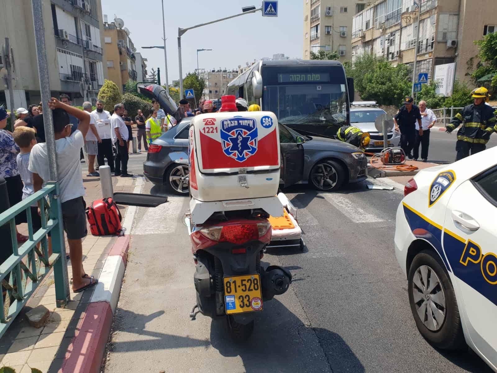 תאונה בבת ים בין רכב פרטי לאוטובוס, צילום: באדיבות דוברות איחוד הצלה