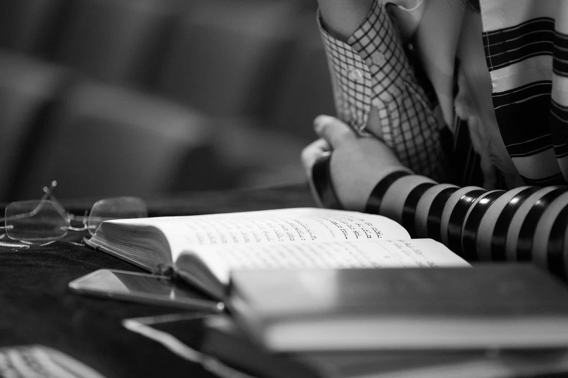 פרץ לבית הכנסת בו התפלל, צילום אילוסטרציה