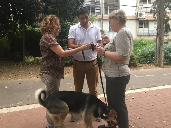 חלוקת ערכות לאיסוף צואת כלבים בחולון, צילום-עיריית חולון