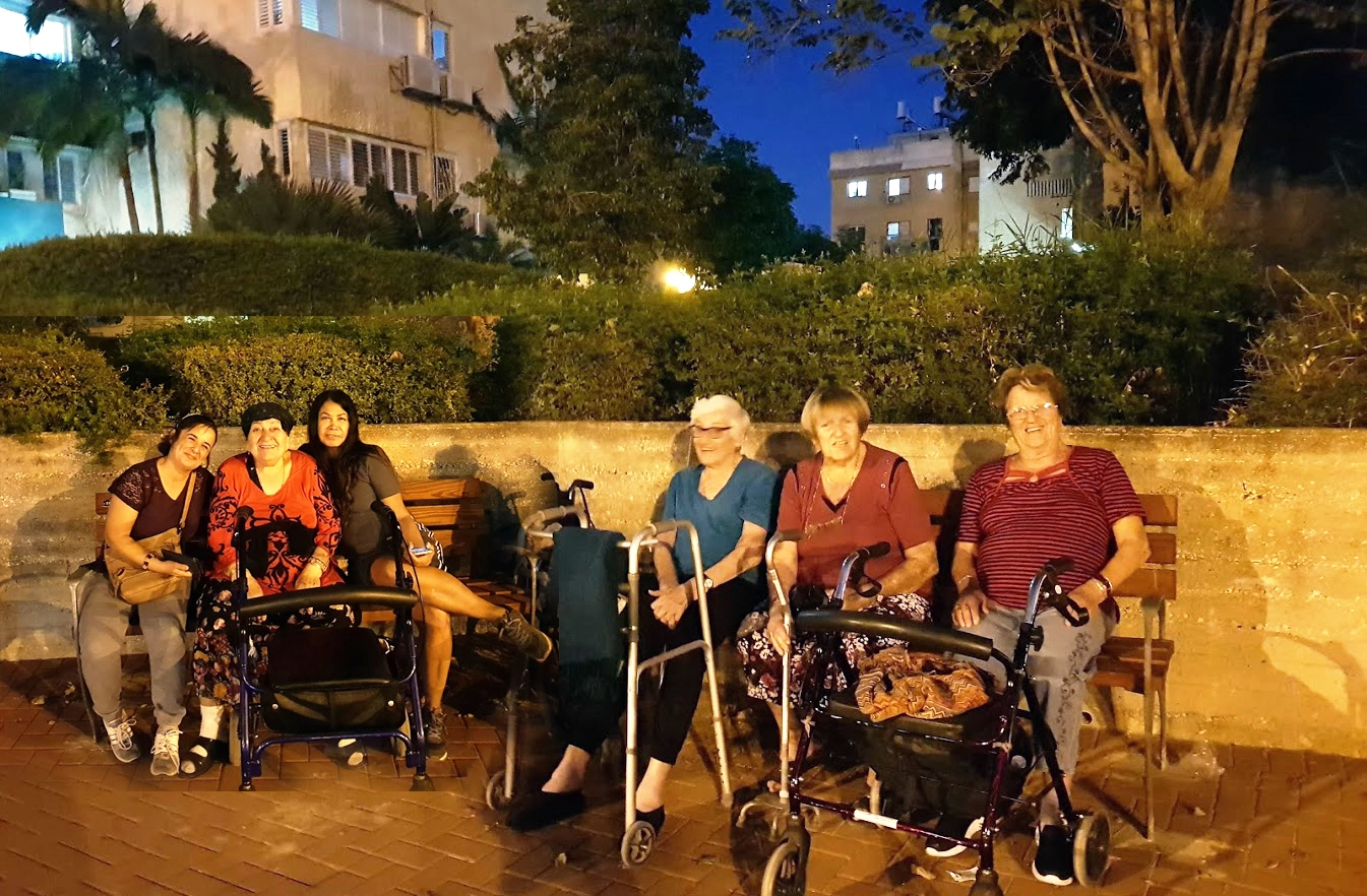 דיירות שדרות משה שרת בחולון-יהודית פלורה ואסתר נהנות מהספסלים החדשים. צילום באדיבות אורית גפני