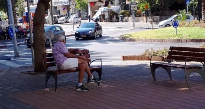 ספסלים חדשים ברחבי חולון. צילום-עיריית חולון