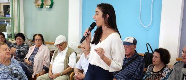 הילה סעדה בזמן הרצאה לקשישי העיר