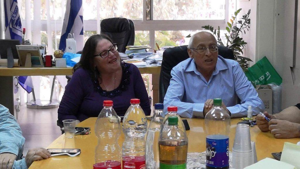 ראש עיריית חולון, מוטי ששון, ומנהלת לשכתו הפורשת, ציפי חרש באירוע פרישתה לגמלאות. צילום-טל קירשנבאום
